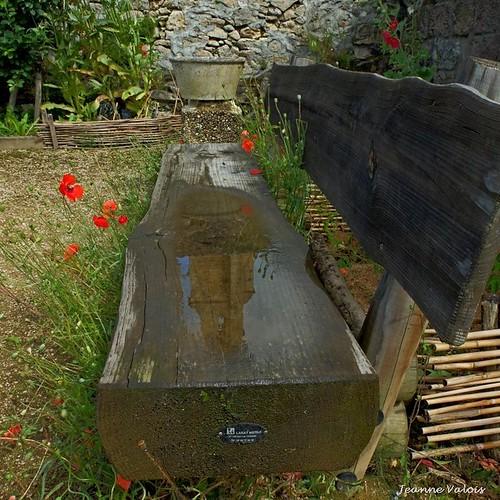 Geaune (32) un banc miroir dans le jardin médiéval
