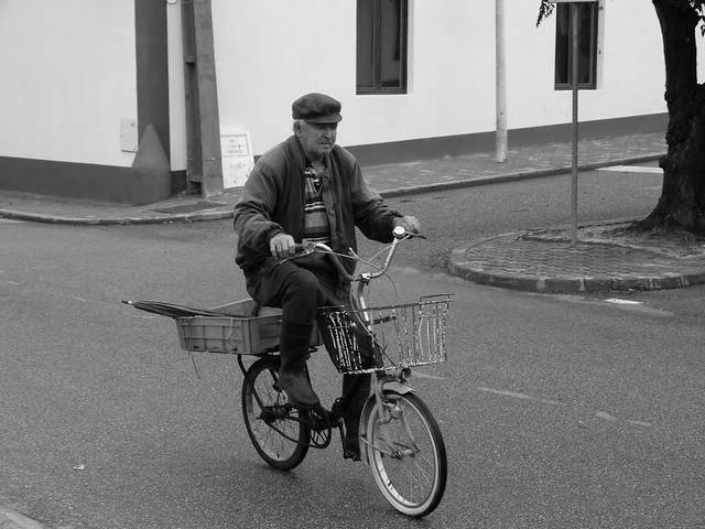 Anciano de Comporta montando en bicicleta (Costa del Alentejo, Portugal)
