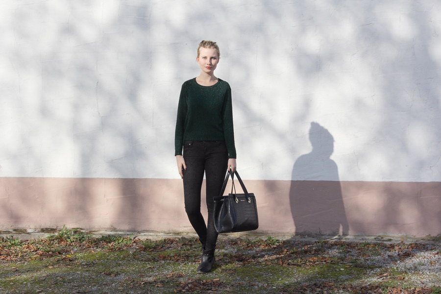 outfit-classy-feminine-jeans-skinny-black-gold-green-autumn