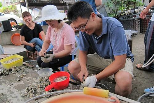 在雲林口湖阿禾師家,動手幫忙剝蚵殼。