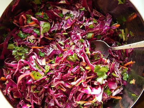 Капустный салат из красной капусты с кинзой и морковкой