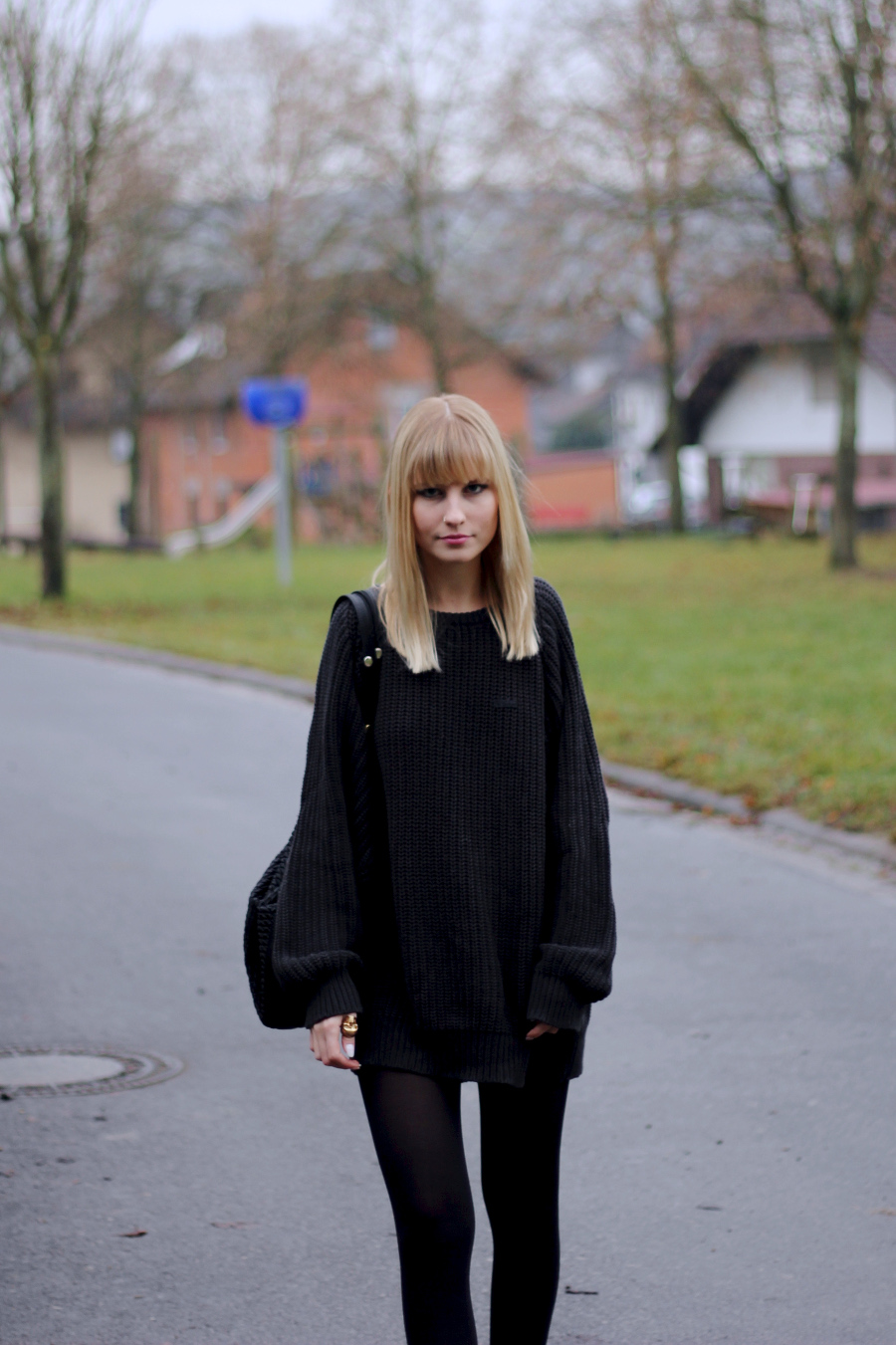 outfit-detail-girl-blond-fringe-pullover-skinny-legs-cute