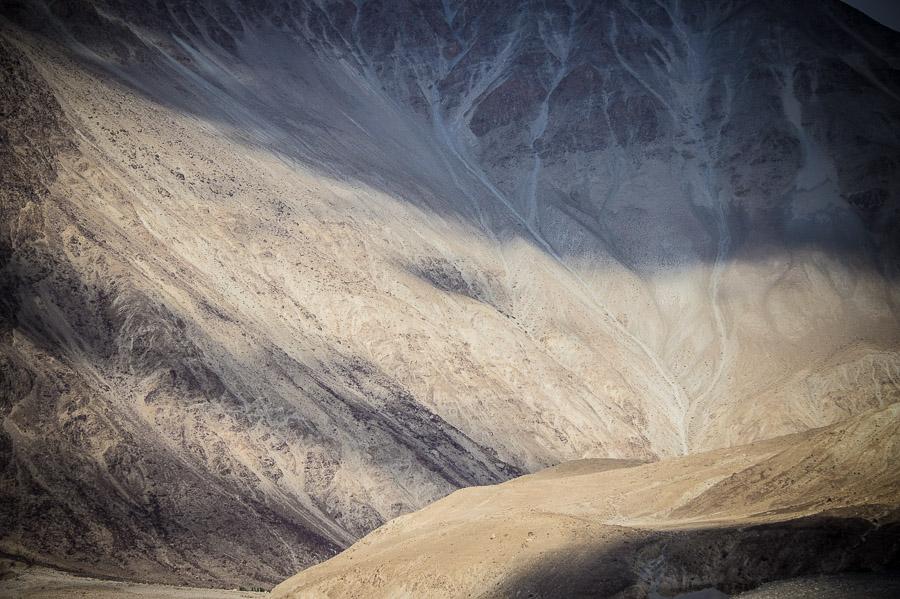 Движение облаков на склонах долины. Долина Нубра, Ладакх © Kartzon Dream - авторские путешествия, авторские туры в Индию, тревел фото, тревел видео, фототуры