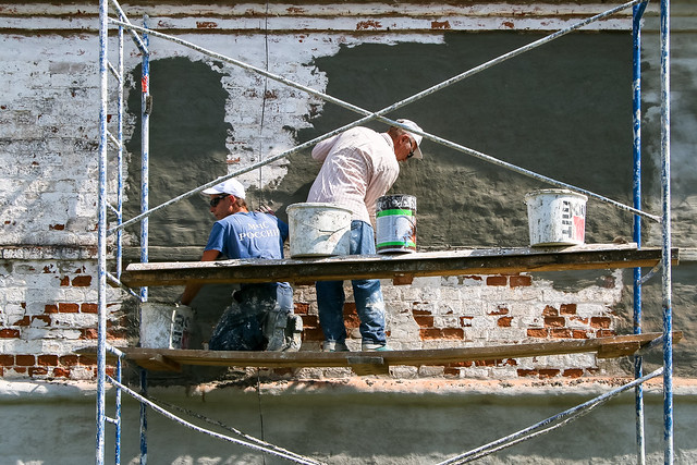 Repairing the wall of Convent of Intercession, Suzdal, Russia スズダリ、ポクロフスキー修道院外壁を修復する人たち