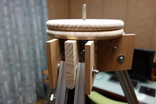 astronomical telescope_17 自作天体望遠鏡の三脚部分の写真。木製水平回転台座と脚の付け根。