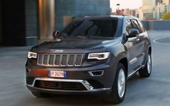 city car(0.0), automobile(1.0), sport utility vehicle(1.0), vehicle(1.0), compact sport utility vehicle(1.0), jeep grand cherokee(1.0), jeep(1.0), bumper(1.0), land vehicle(1.0), luxury vehicle(1.0),