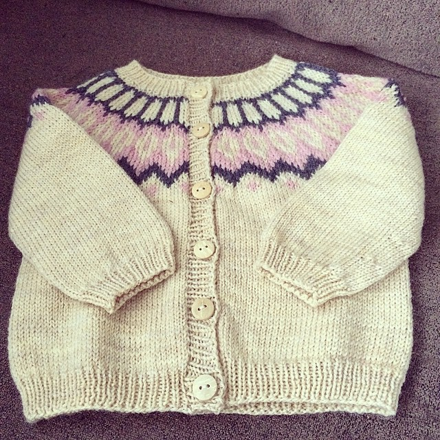 Tiny little #lopapeysa for my new niece #yaku #litlaprjónabúðin
