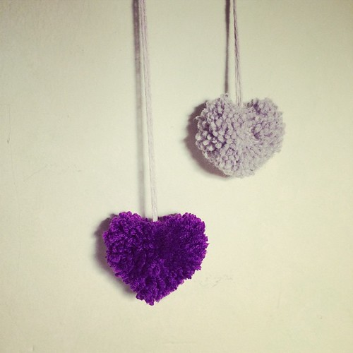 I miei primi pompoms a forma di cuore:) My first heart shaped pompoms:)