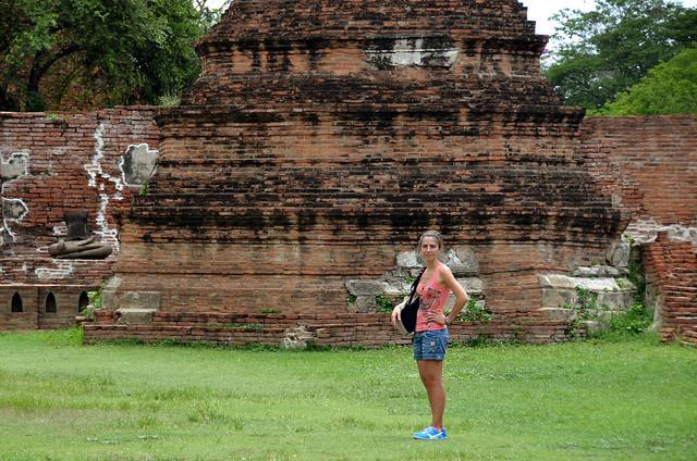 Diana junto a una de las pagodas de piedra de Ayutthaya