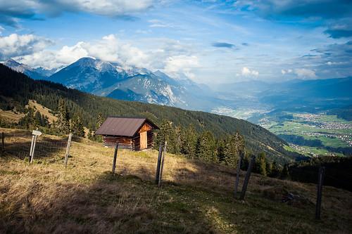 mountain alps berg clouds fence landscape austria tirol österreich europa europe cloudy hiking herbst hütte sunny hike hut alpen zaun sonnig landschaft wandern innsbruck berghütte oberperfuss rangerköpfl