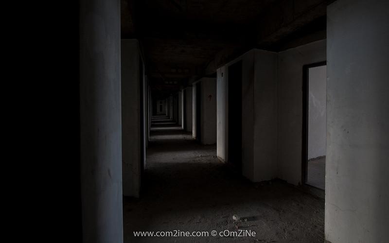 ทางเดินระหว่างห้อง ในขั้นล่างๆ แสงจะเข้ามาน้อย