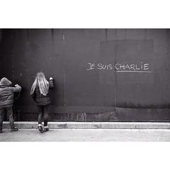 #regram @polozboob Je suis Charlie  #jesuischarlie ---------------- Ceci est ma modeste protestation contre l'horreur et pour la défense de nos libertés. J'ai écrit sur ce mur le long des berges de La Seine à Paris ce qui réunit les esprits libres.