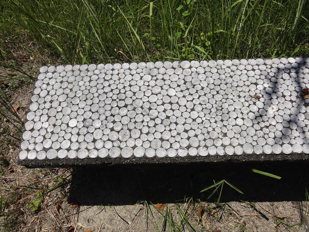 ベンチも貝殻で覆われている