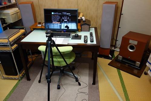 my room_3 三脚に載せた測定用マイクロフォンと室内の様子を写した写真。