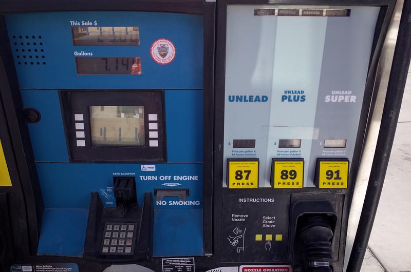 【自助加油】主要以信用卡付費,這樣比較好控制加油量,但如果卡刷不過(沒辦法驗證 Zip Code),還是得進去櫃檯付現
