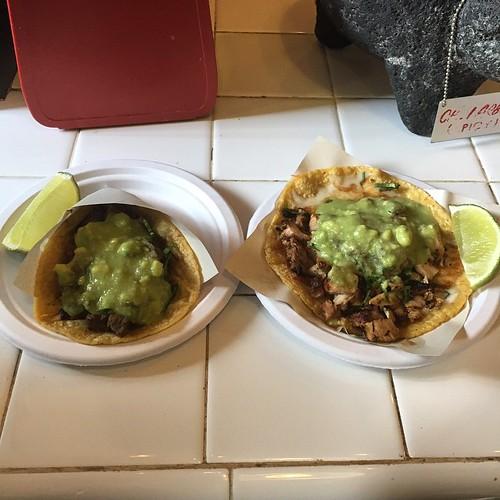 Vi gick förbi ett hål i väggen: en carne taco och en pollo quesadilla. Godast någonsin.