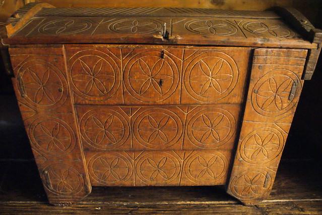 Coffre en bois avec motif géométrique à Cracovie