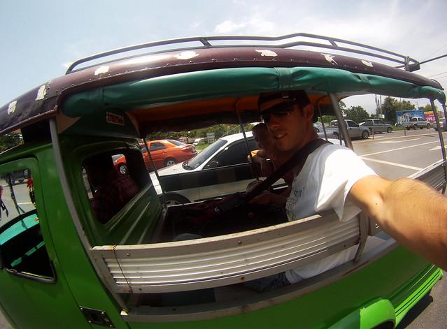 En tuktuk por las autopistas de Bangkok