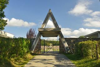 La entrada del cementerio de Burguete (Navarra) tiene forma de letra alfa. Foto: Joxe Etxegoien.