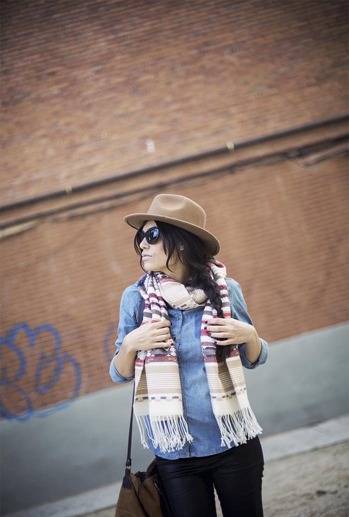 street style barbara crespo ethnic scarf hake bag denim shirt fashion blogger outfit blog de moda