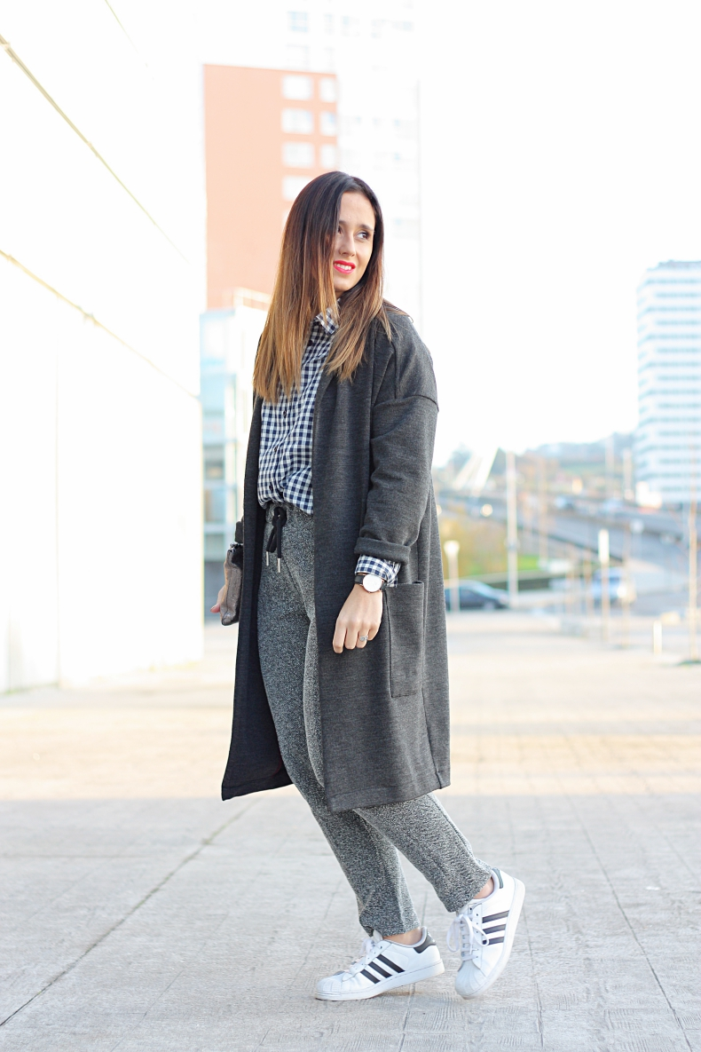 outfit-street_style-long_jacket-zara_daily-jogging_pants-plaid_shirt-adidas-sneakers-marca_jacobs-clutch