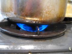 最初の5分は、中火でおもりが揺れるくらいの火加減