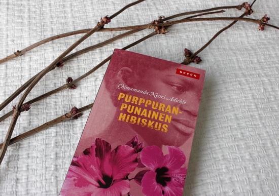 purppuranpunainen hibiskus pienikirjasto