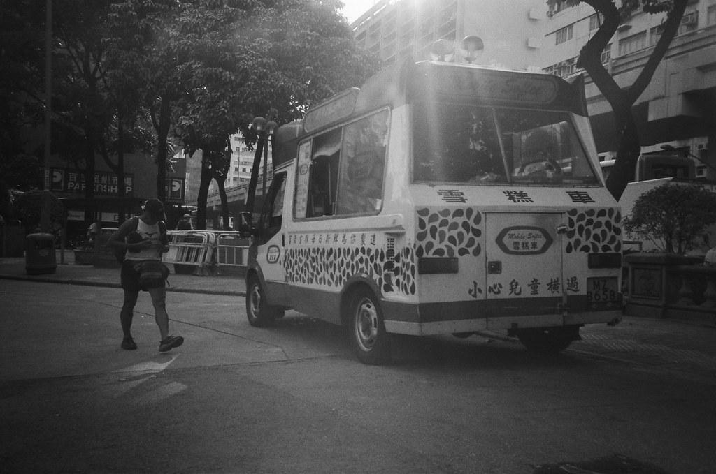 旺角 Hong Kong / Ultrafine Extreme / Lomo LC-A+ 雪糕車,有點酷!本來想買一枝吃看看,但那時候天氣很熱,吃了應該沒辦法解渴,所以就算了。  之後去了赤柱,竟然也有一台一樣的,所以應該是故意用的復古,然後很多台。  Lomo LC-A+ Ultrafine Extreme 400 0287-0004 2016-06-17 ~ 2016-06-19 Photo by Toomore