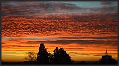 Ciel d'Alès au lever du jour, l'horizon prend des couleurs rouge orangé...