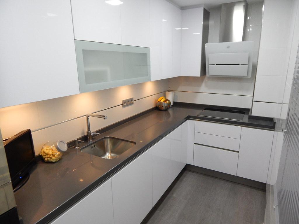 Muebles de cocina en blanco polar for Mueble para encimera