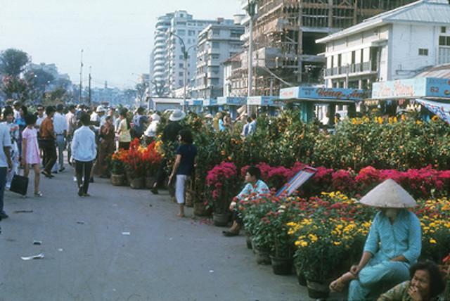 SAIGON 1971 - Chợ hoa Tết Nguyễn Huệ. Tòa nhà IMEXCO (Kỹ Thương Ngân Hàng) đang xây dựng