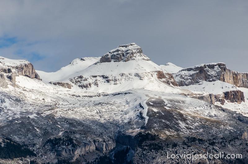 cumbres nevadas de los Pirineos en la Jacetania