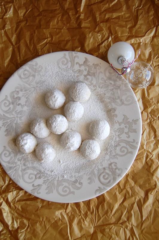 Cardamom and hazelnut snowballs / Bolas de neve de avelã e cardamomo
