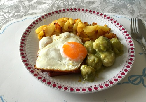 Leberkäse mit Spiegelei, Rosenkohl & Bratkartoffeln / Meat loaf with fried egg, brussels sprouts & fried potatoes