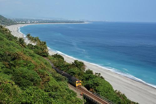 台東海岸線的沙灘、鐵路。攝影:楊維晟。