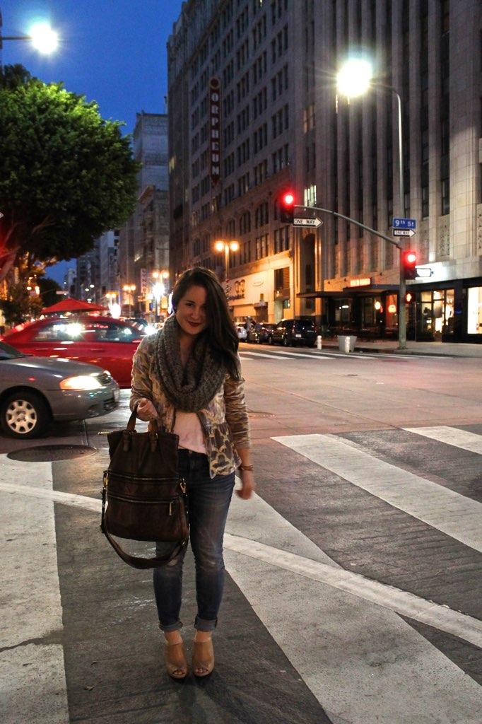 city outfit idea: velvet blazer + chunky scarf + destroyed denim