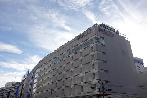 "Ikebukuro_16 ""池袋パルコ"" のビルディングの写真。 青空と白い雲。"