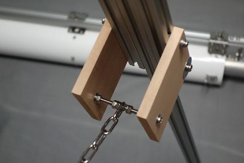 astronomical telescope_19 自作天体望遠鏡の三脚部分の写真。鎖による脚の開き止め。