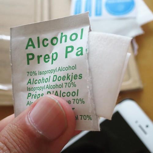 この、アルコールのお手拭きみたいなので画面を綺麗に拭く。