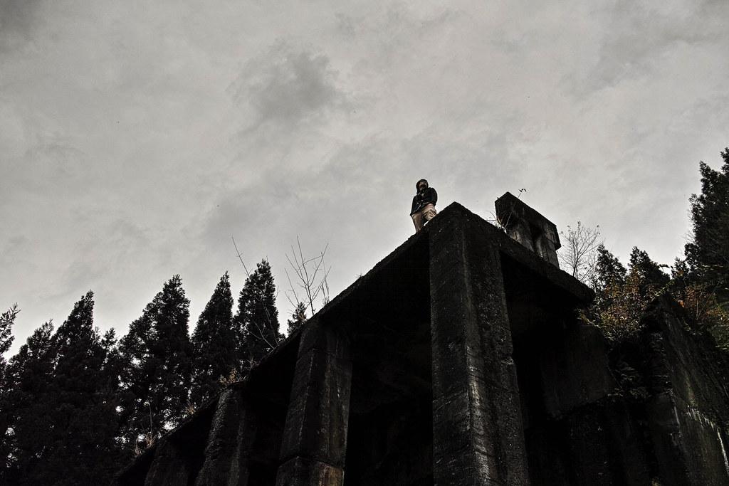 廃墟の上に立つ同行者