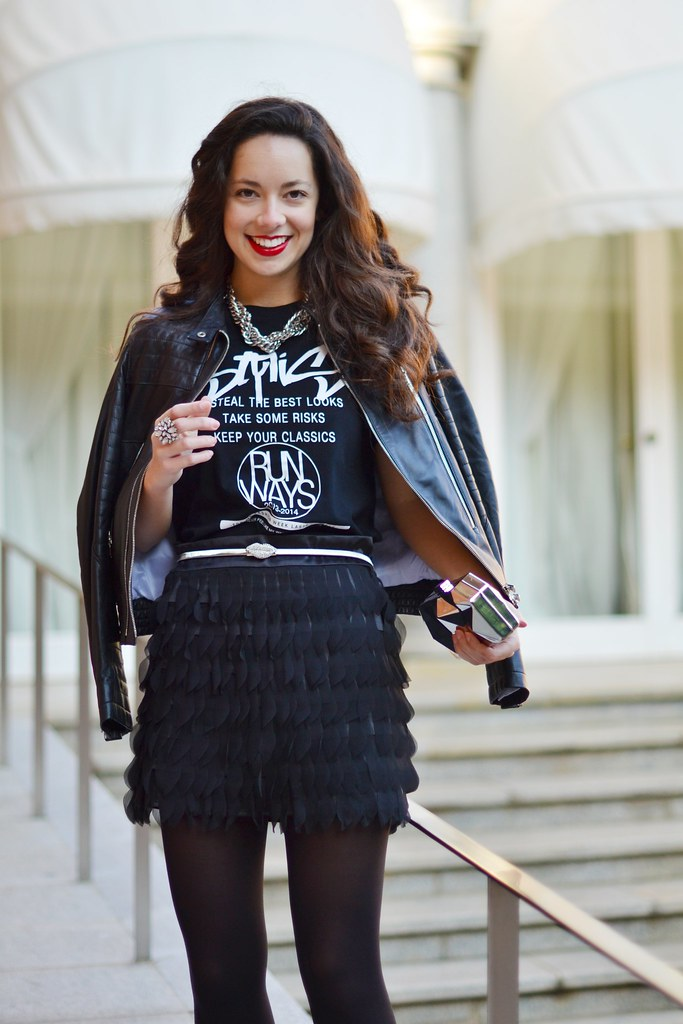 Tu look para fin de año: minifalda de pétalos y cazadora negra