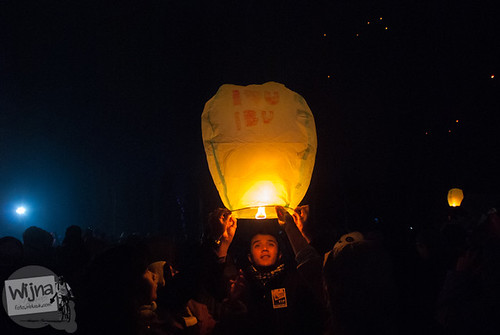 Lampion persembahan untuk orangtua yang diterbangkan salah satu pengunjung Dieng Culture Festival 2014