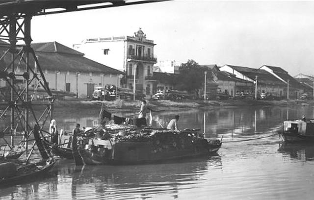 SAIGON 1965-66 - Cầu Xóm Chỉ - Ngôi nhà giữa hình nay đã gần trăm tuổi (xem không ảnh 1920s bên dưới)