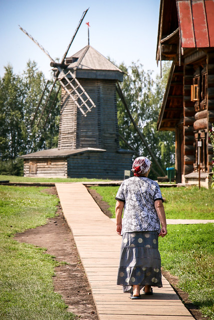 A windmill in the museum of wooden masterpieces, Suzdal, Russia スズダリ、木造建築博物館の風車