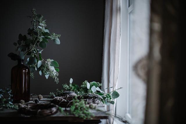 diy编织的桉树和葡萄藤花环
