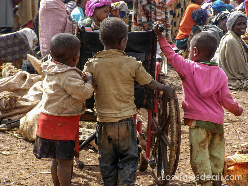 niños en el mercado de la tribu Dorze