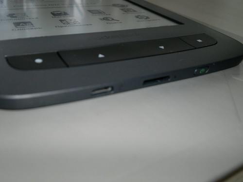 Вид снизу: microUSB, слот microSD и кнопка включения