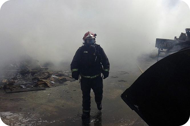Controlado el incendio de una chatarrería en La Unión