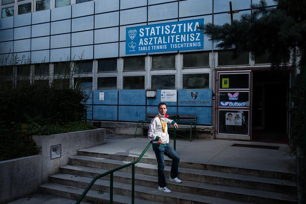 Csonka András asztaliteniszező, aki S8 kategóriában ezüstérmet szerzett, budapesti klubja előtt | Fotó: Magócsi Márton