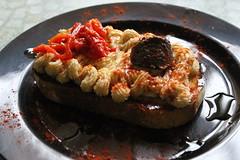 Hummus con tapenade y piquillos - Restaurante Los Almendros